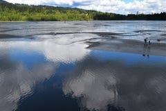 Αντανάκλαση ενός μπλε ουρανού, άσπρα σύννεφα μια ηλιόλουστη ημέρα Στοκ φωτογραφία με δικαίωμα ελεύθερης χρήσης