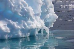 Αντανάκλαση επιπλέοντος πάγου πάγου παγόβουνων στην ανταρκτική χερσόνησο Στοκ φωτογραφία με δικαίωμα ελεύθερης χρήσης