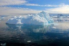 Αντανάκλαση επιπλέοντος πάγου πάγου παγόβουνων στην ανταρκτική χερσόνησο Στοκ εικόνα με δικαίωμα ελεύθερης χρήσης