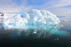 Αντανάκλαση επιπλέοντος πάγου πάγου παγόβουνων στην ανταρκτική χερσόνησο Στοκ Φωτογραφίες