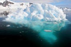 Αντανάκλαση επιπλέοντος πάγου πάγου παγόβουνων στην ανταρκτική χερσόνησο Στοκ Εικόνες
