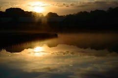 Αντανάκλαση ηλιοβασιλέματος πέρα από μια ήρεμη του γλυκού νερού λίμνη Στοκ εικόνα με δικαίωμα ελεύθερης χρήσης