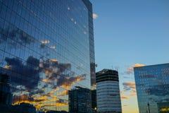 Αντανάκλαση ηλιοβασιλέματος στα κτήρια Στοκ φωτογραφία με δικαίωμα ελεύθερης χρήσης