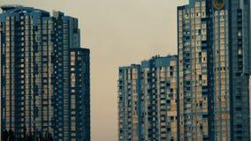 Αντανάκλαση ηλιοβασιλέματος στην οικοδόμηση των παραθύρων απόθεμα βίντεο