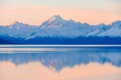 Αντανάκλαση ηλιοβασιλέματος στο υποστήριγμα Cook στη Νέα Ζηλανδία Στοκ Εικόνα