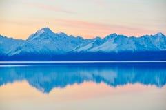 Αντανάκλαση ηλιοβασιλέματος στο υποστήριγμα Cook στη Νέα Ζηλανδία Στοκ Εικόνες