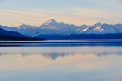 Αντανάκλαση ηλιοβασιλέματος στο υποστήριγμα Cook στη Νέα Ζηλανδία Στοκ εικόνες με δικαίωμα ελεύθερης χρήσης