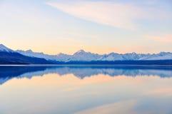 Αντανάκλαση ηλιοβασιλέματος στο υποστήριγμα Cook στη Νέα Ζηλανδία Στοκ Φωτογραφίες