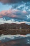 Αντανάκλαση λιμνών στο ηλιοβασίλεμα με την πορεία ποδιών αποβαθρών αποβαθρών Στοκ φωτογραφία με δικαίωμα ελεύθερης χρήσης