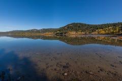 Αντανάκλαση λιμνών δύο ωκεανών το φθινόπωρο Στοκ εικόνα με δικαίωμα ελεύθερης χρήσης