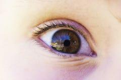 Αντανάκλαση ματιών Childs στον κερατοειδή χιτώνα Στοκ φωτογραφία με δικαίωμα ελεύθερης χρήσης
