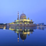 Αντανάκλαση μουσουλμανικών τεμενών Putra κατά τη διάρκεια της μπλε ώρας Στοκ Εικόνες