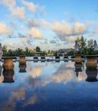 Αντανάκλαση μπλε ουρανού πρωινού στην πισίνα στην τροπική παραλία Στοκ Εικόνα