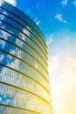 Αντανάκλαση μπλε ουρανού στην πρόσοψη γυαλιού μιας σύγχρονης επιχειρησιακής CEN Στοκ φωτογραφίες με δικαίωμα ελεύθερης χρήσης
