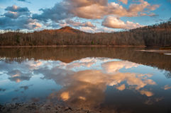 Αντανάκλαση νερού βουνών στη λίμνη κατά τη διάρκεια του ηλιοβασιλέματος Στοκ φωτογραφία με δικαίωμα ελεύθερης χρήσης