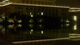 Αντανάκλαση ξύλων στο ήρεμο νερό της λίμνης Όπως ο καθρέφτης στη σκοτεινή νύχτα βραδιού φιλμ μικρού μήκους
