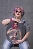 Αντανάκλαση οικογενειακής παραγωγής στον καθρέφτη Να γεράσει στοκ εικόνες με δικαίωμα ελεύθερης χρήσης