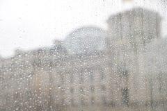Αντανάκλαση Ομοσπονδιακής Βουλής στη βροχή Στοκ εικόνα με δικαίωμα ελεύθερης χρήσης