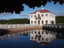 Αντανάκλαση παλατιών Marli σε Peterhof Στοκ Εικόνες