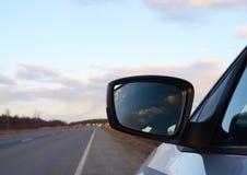 Αντανάκλαση που βλέπει μέσω του δευτερεύοντος καθρέφτη αυτοκινήτων Στοκ φωτογραφία με δικαίωμα ελεύθερης χρήσης