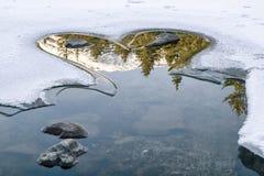 Αντανάκλαση στην παγωμένη λίμνη - hearrt μορφή Στοκ Εικόνες