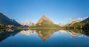 Αντανάκλαση στη λίμνη Swiftcurrent - παγετώνας εθνικός Στοκ Εικόνες