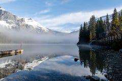 Αντανάκλαση στη σμαραγδένια λίμνη Π.Χ. Καναδάς στοκ εικόνες