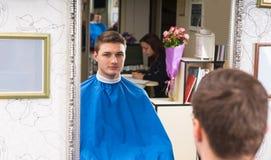 Αντανάκλαση στον καθρέφτη του ατόμου στο κομμωτήριο Στοκ φωτογραφία με δικαίωμα ελεύθερης χρήσης