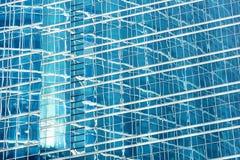 Αντανάκλαση στον μπλε τοίχο γυαλιού ενός σύγχρονου κτιρίου γραφείων Στοκ εικόνες με δικαίωμα ελεύθερης χρήσης