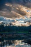 Αντανάκλαση σύννεφων στη λίμνη στο γήπεδο του γκολφ με τη γέφυρα Στοκ Εικόνες