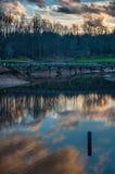 Αντανάκλαση σύννεφων στη λίμνη στο γήπεδο του γκολφ με τη γέφυρα Στοκ εικόνες με δικαίωμα ελεύθερης χρήσης