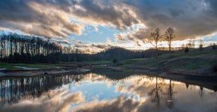 Αντανάκλαση σύννεφων στη λίμνη στο γήπεδο του γκολφ με τη γέφυρα Στοκ Εικόνα
