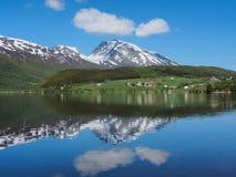 Αντανάκλαση της αλυσίδας βουνών σε μια μικρή λίμνη Νορβηγία Στοκ εικόνες με δικαίωμα ελεύθερης χρήσης