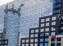 Αντανάκλαση της οικοδόμησης που στηρίζεται σε σύγχρονο το άλλο κτήριο Στοκ φωτογραφία με δικαίωμα ελεύθερης χρήσης