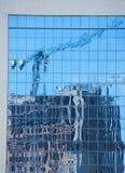 Αντανάκλαση της σύγχρονης πολυκατοικίας κάτω από την κατασκευή στοκ φωτογραφίες