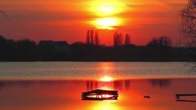 Αντανάκλαση του ήλιου ρύθμισης στο νερό ωκεάνιο ηλιοβασίλεμα ουρανού τοπίων βραδιού πέρα από το ηλιοβασίλεμα π&o φυσικά κύματα ύδ απόθεμα βίντεο