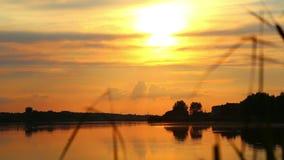 Αντανάκλαση του ήλιου ρύθμισης στο νερό ωκεάνιο ηλιοβασίλεμα ουρανού τοπίων βραδιού πέρα από το ηλιοβασίλεμα π&o φυσικά κύματα ύδ φιλμ μικρού μήκους
