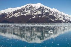Αντανάκλαση του βουνού κοντά στον παγετώνα Hubbard στην Αλάσκα Στοκ εικόνα με δικαίωμα ελεύθερης χρήσης