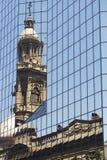 Αντανάκλαση του καθεδρικού ναού του πύργου του Σαντιάγο στα παράθυρα του σύγχρονου κτηρίου Plaza de Armas στο Σαντιάγο, Χιλή Στοκ εικόνα με δικαίωμα ελεύθερης χρήσης