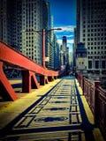 Αντανάκλαση του κιγκλιδώματος επάνω στο πεζοδρόμιο Drawbridge οδών Lasalle στο βρόχο του Σικάγου Στοκ Εικόνα