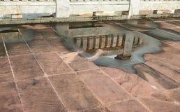 Αντανάκλαση του μαρμάρινου τοίχου στο νερό που καταγράφεται Στοκ φωτογραφία με δικαίωμα ελεύθερης χρήσης
