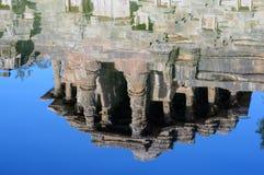 Αντανάκλαση του ναού ήλιων στο νερό στοκ εικόνα
