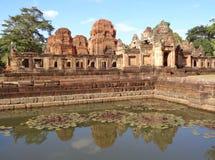 Αντανάκλαση του ναού Prasat Hin Muang Tam στη λίμνη Lotus, ο καλά συντηρημένος αρχαίος ναός σύνθετος σε Buriram Στοκ εικόνες με δικαίωμα ελεύθερης χρήσης