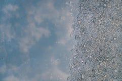 Αντανάκλαση του ουρανού στην υγρή οδό Στοκ εικόνες με δικαίωμα ελεύθερης χρήσης