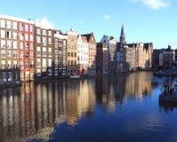 Αντανάκλαση του ολλανδικού παραδοσιακού κτηρίου ύφους στο Άμστερνταμ Στοκ Φωτογραφίες