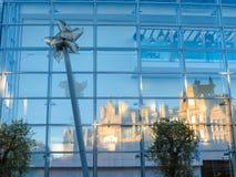 Αντανάκλαση του παλαιού κτηρίου η ανταλλαγή καλαμποκιού στα παράθυρα του σύγχρονου εμπορικού κέντρου στοκ φωτογραφίες