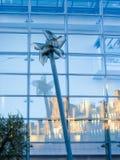 Αντανάκλαση του παλαιού κτηρίου η ανταλλαγή καλαμποκιού στα παράθυρα του σύγχρονου εμπορικού κέντρου στοκ φωτογραφία με δικαίωμα ελεύθερης χρήσης