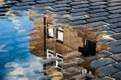 Αντανάκλαση του σπιτιού στη λακκούβα Στοκ Εικόνες