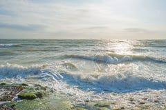 Αντανάκλαση του φωτός του ήλιου στην επιφάνεια της θάλασσας Στοκ Εικόνες