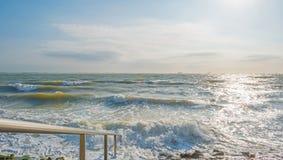 Αντανάκλαση του φωτός του ήλιου στην επιφάνεια της θάλασσας Στοκ Φωτογραφίες